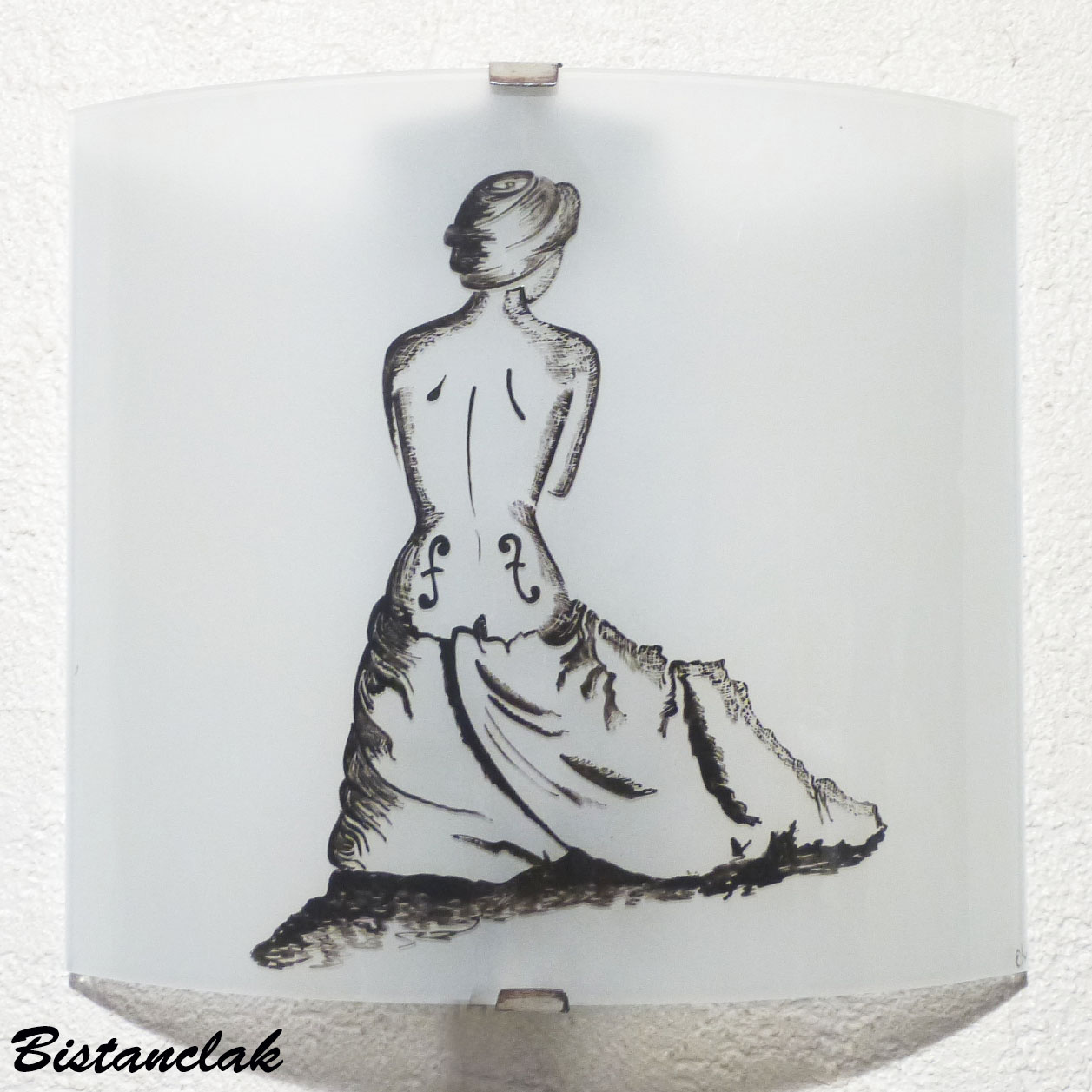 Applique luminaire decoratif motif femme violon realisee en noir sur fond blanc