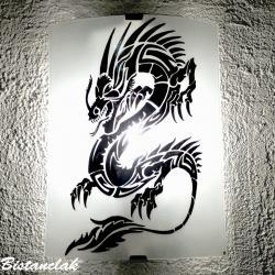 applique en verre blanche au motif d'un dragon noir