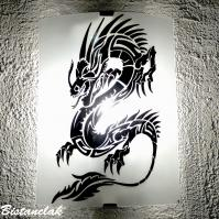 Applique blanche au dessin d un dragon noir