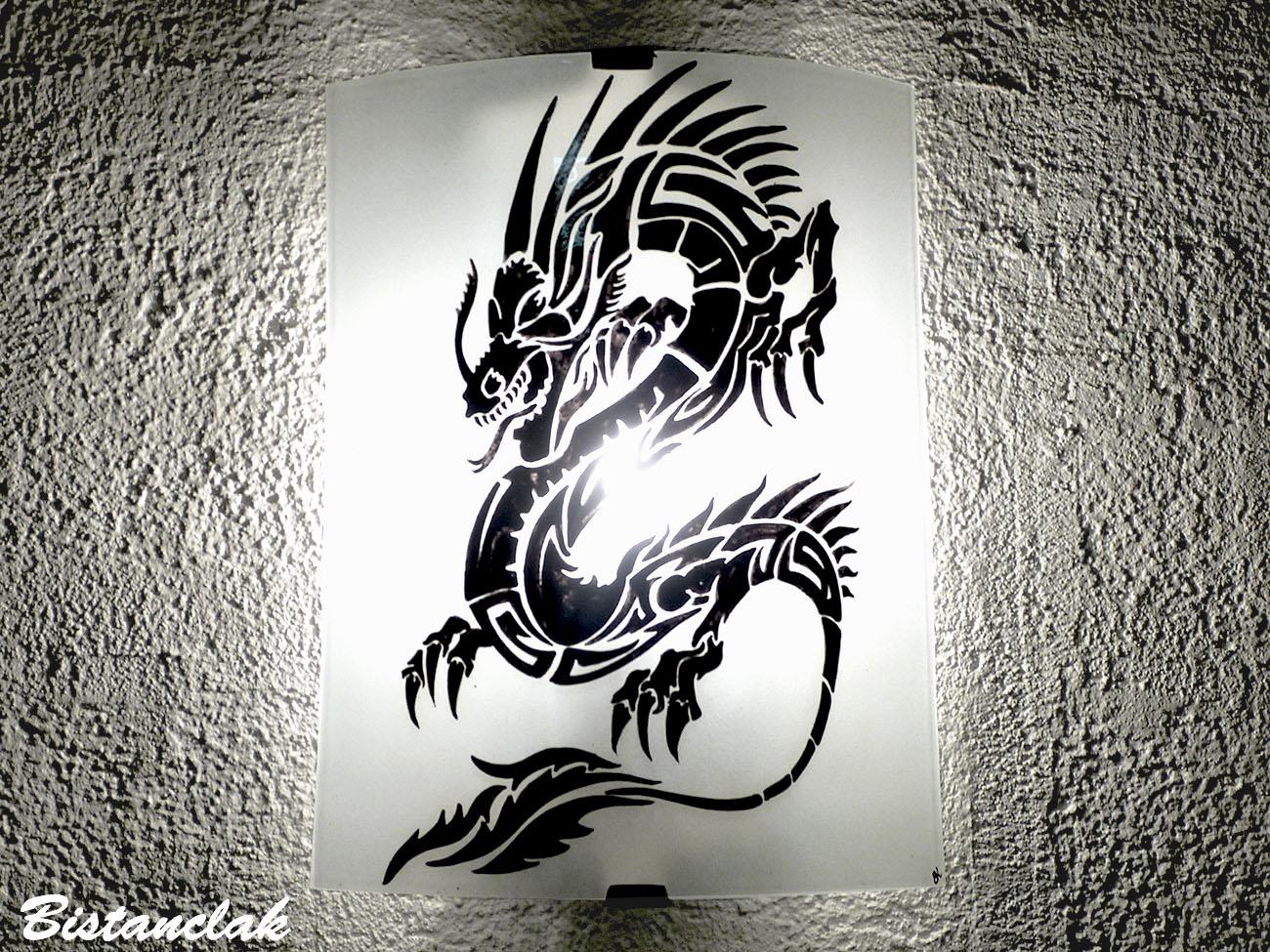 Applique luminaire artisanal noir et blanc au dessin d un dragon