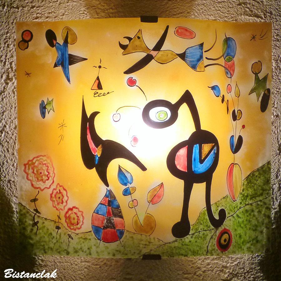 Applique luminaire orange et multicolore aux motifs inspires de miro