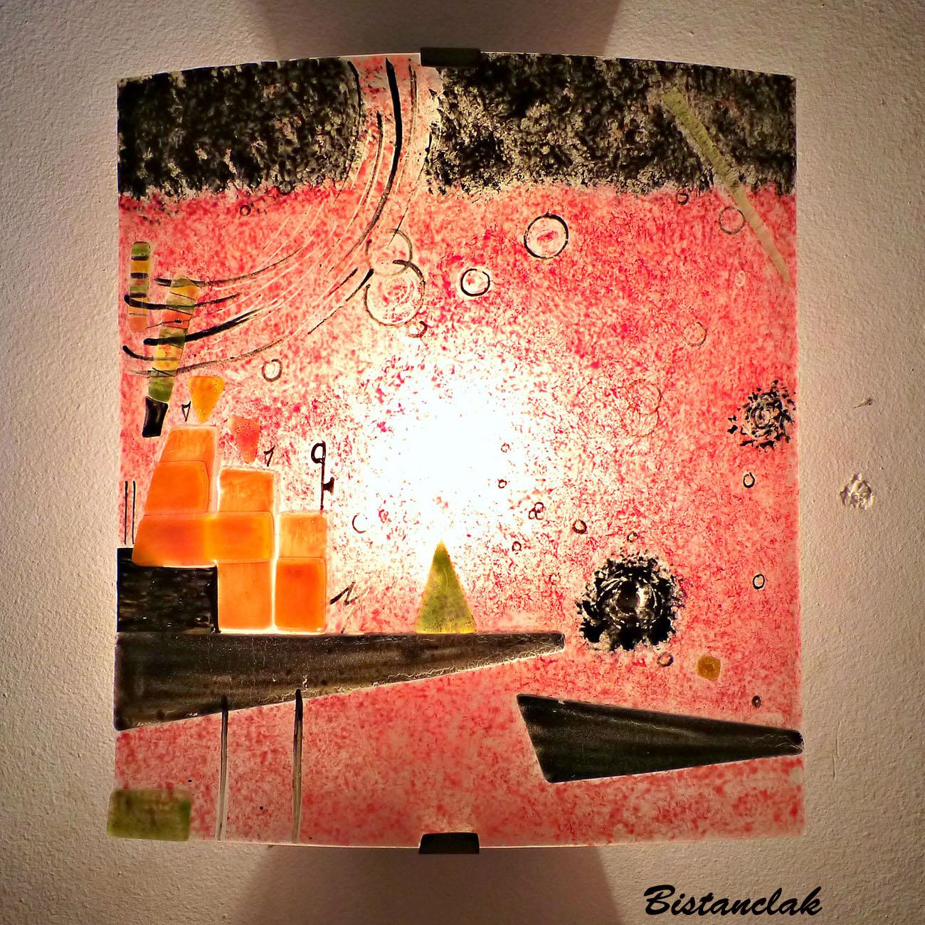 Applique murale artisanale coloree rouge au motif geometrique d apres kandinsky
