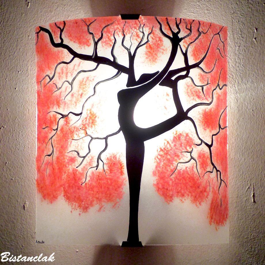 Applique murale artisanale motif arbre danseuse au feuillage rouge
