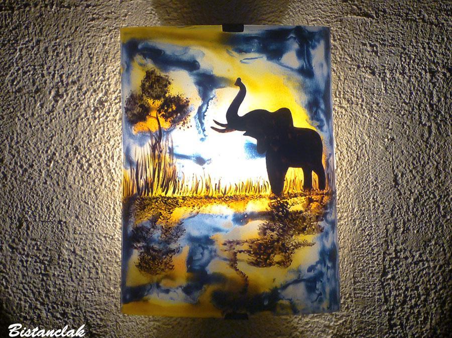 Applique murale coloree au dessin d un elephant a la trompe levee