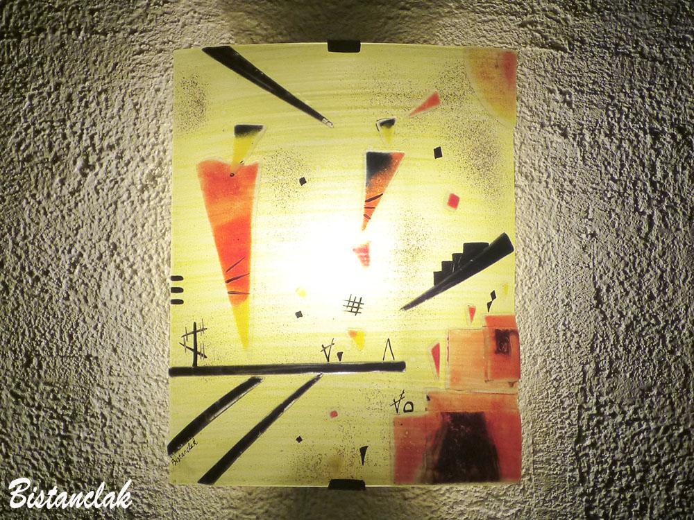 Applique murale coloree jaune et rouge design geometrique inspiree de kandinsky