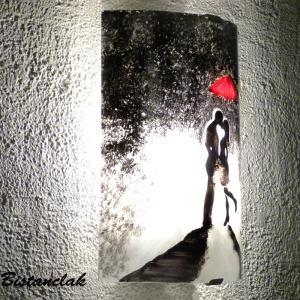 Applique murale demi cylindre artisanal au motif d uun homme et d une femme enlace sous la pluie s echangeant un baiser protege par un parapluie rouge 2