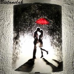 applique en verreau  motif romantique d'un couple enlacé sous un parapluie