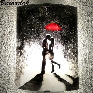 Applique artisanale romantique au motif d'un couple s'embrassant sous un parapluie rouge par bistanclak