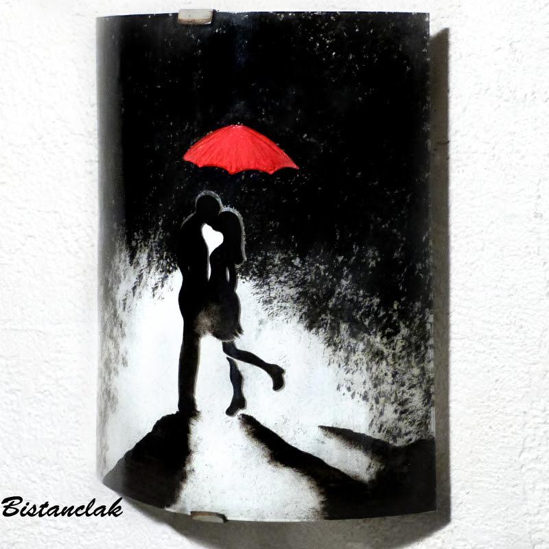 Applique murale demi cylindre artisanal au motif d uun homme et d une femme enlace sous la pluie s echangeant un baiser protege par un parapluie rouge 5
