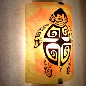 Applique murale demi cylindre jaune orange motif tortue stylisee spirales carrees 5