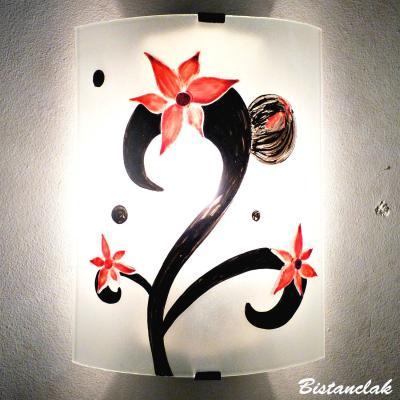 Applique décorative éclairante motif trois fleurs rouges sur volute noire
