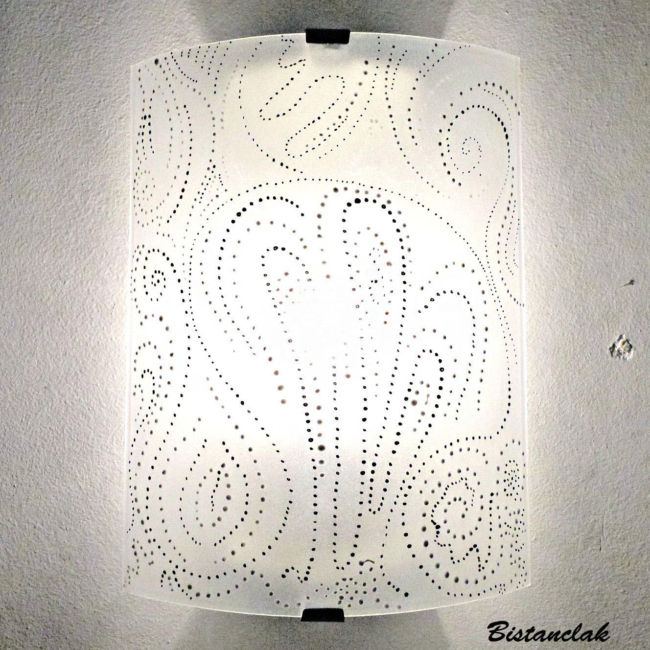 applique en verre pointillisme en noir et blanc