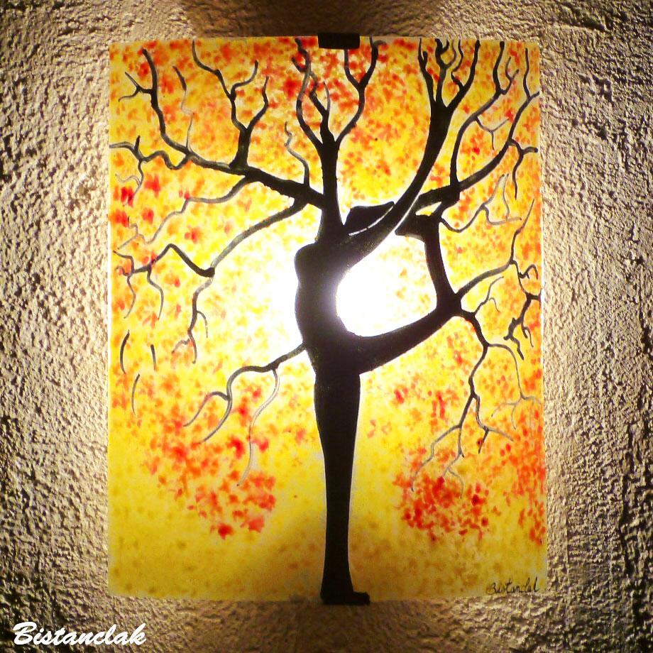 Applique murale colorée jaune motif arbre danseuse au feuillage rouge et orange 3