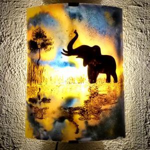 Lampe applique jaune orange et bleu au motif d'un éléphant