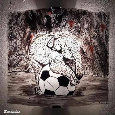 Applique murale motif elephant sur un ballon en noir et rouge creation de luminaire par bistanclak ardeche