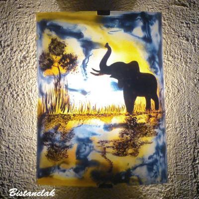 applique colorée au motif d'un éléphant au bord de l'eau