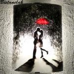 Applique murale un baiser sous un parapluie rouge 1