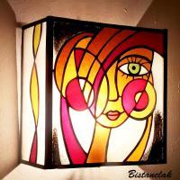 Applique murale vitrail de couleur rouge orange jaune et ambre visage de femme design abstrait et moderne 2
