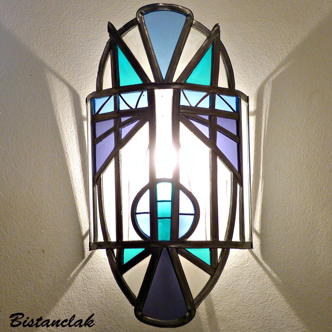 applique vitrail en forme de masque bleu, blanc et violet