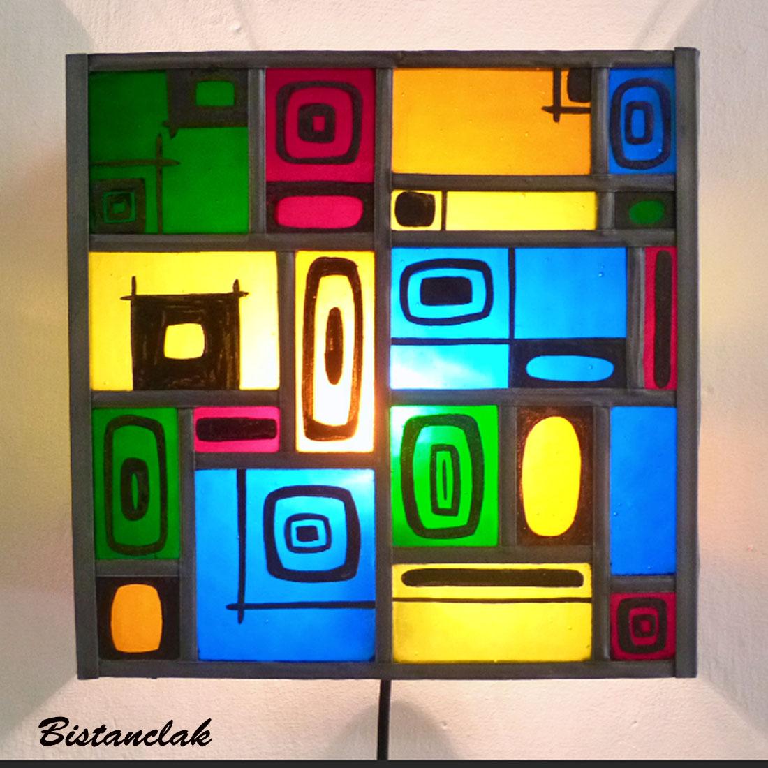 applique murale vitrail moderne carré multicolore et motif noir
