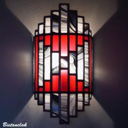 applique vitrail tendance art déco rouge, noir et blanc en forme de demi-cylindre