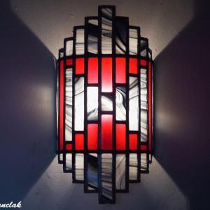Applique vitrail artisanale rouge et chamarre de noir et blanc
