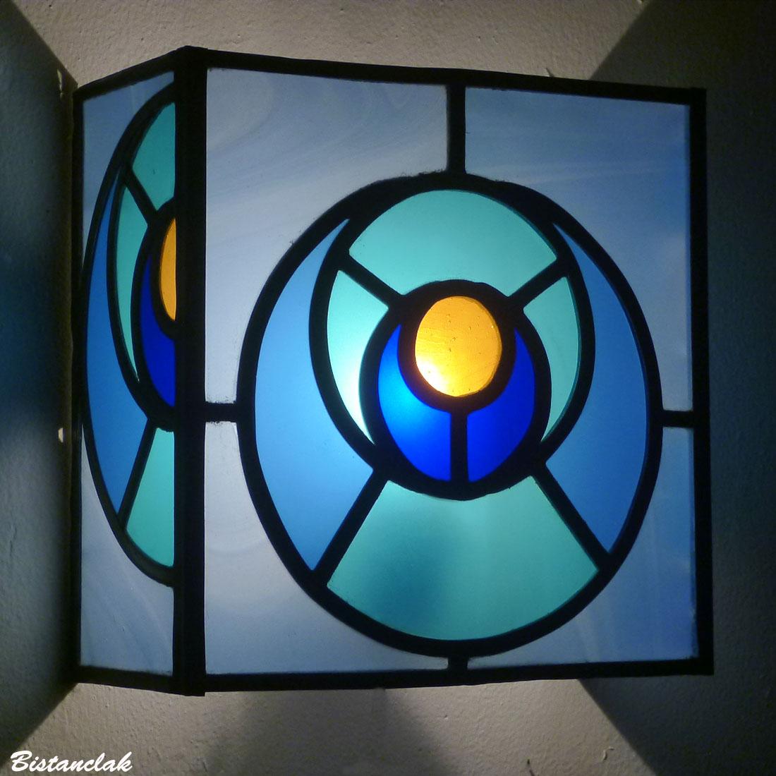 applique vitrail rectangle bleu, turquoise et orange motif géométrique arc-de-cercle