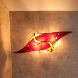 Applique vitrail rouge et ambre forme losange réalisée sur mesure