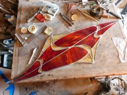 Fabrication artisanale d'applique vitrail en forme de losange