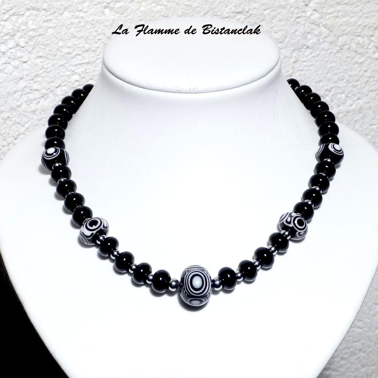 Bijou noir et blanc en perles de verre