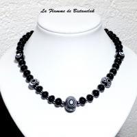 Bijou collier noir et blanc en perles de verre