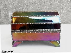 Boite vitrail artisanale iridescente multicolore forme coffre de pirate