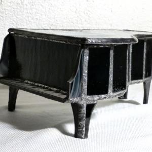 Boite piano vitrail cote
