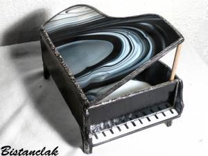 Boite piano vitrail