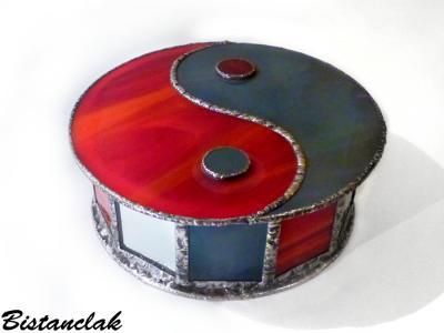 Boite vitrail yin yang rouge et gris 2