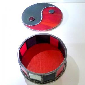 Boite vitrail yin yang rouge et gris 5