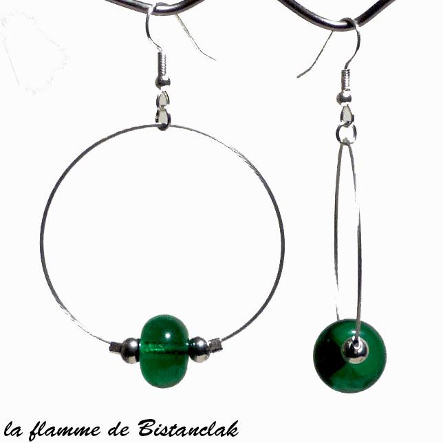 Boucles d oreilles creoles et perles de verre vert emeraude par bistanclak