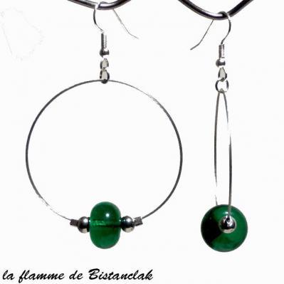 boucles d'oreilles créoles et perles de verre vert émeraude