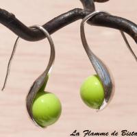 Boucles d oreilles perles de verre vert petit pois opaque