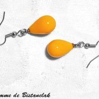 Boucles d oreilles gouttes de verre colorees jaune orage opaque