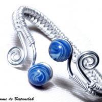 Bracelet ajustable artisanal tresse main perles de verre bleu chamarre spirales argentees 1