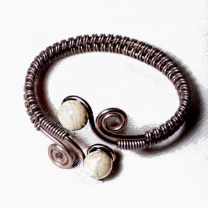 Bracelet artisanal a spirales chocolat perles de verre ivoire craquele gris 1
