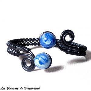 Bracelet artisanal perles de verre bleu chamarre spirales noires 3