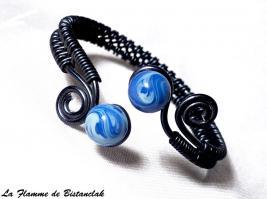 Bracelet artisanal perles de verre bleu chamarre spirales noires