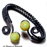 Bracelet artisanal perles de verre vertes et oranges spirales noires 1