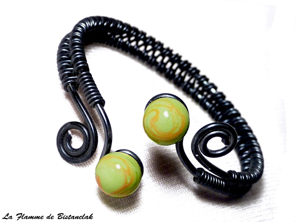 Bracelet artisanal perles de verre vertes et oranges spirales noires