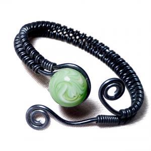 Bracelet artisanal spirales noir cabochon vert lait de menthe 1