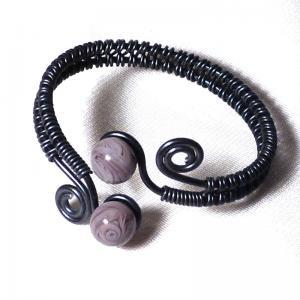 Bracelet artisanale tresse spirales noir perles de verre mauve glycine 4