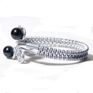 Bracelet spirale argente perles de verre noir metallisees