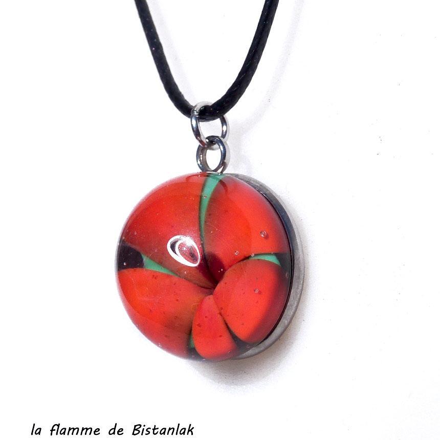 Collier cabochon fleur a cinq petales rouge